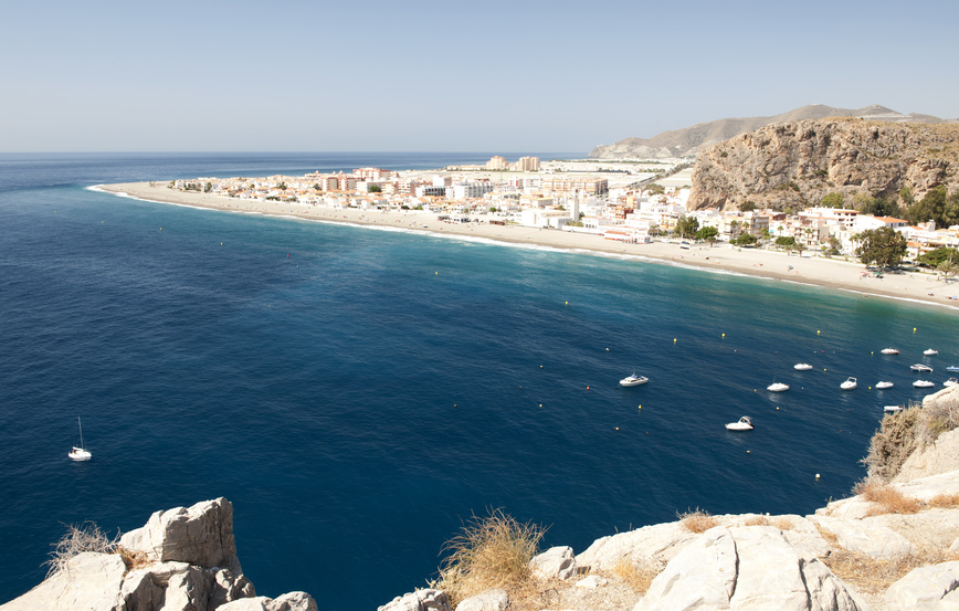 Village bord de mer près de Motril sur la Costa Tropical en Espagne